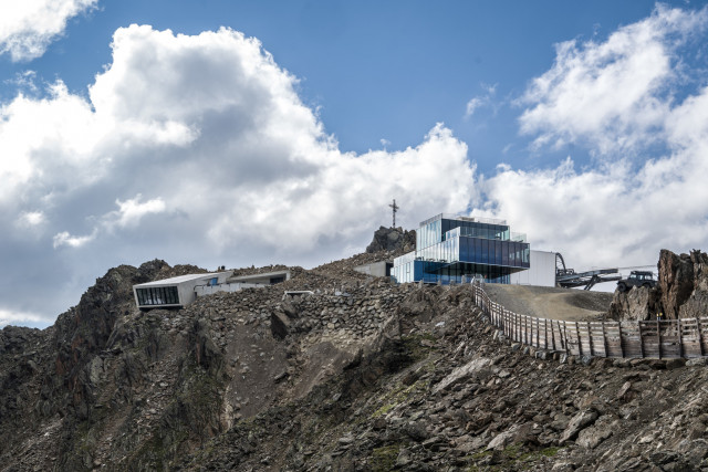 007 Elements, the ice Q film location and the Gaislachkogl cable car in one shot.
