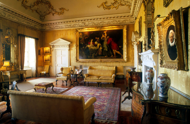 The living room features in the scene when Jamie talks with Lord Dunsany at the start of his time in Helwater (Season 3).