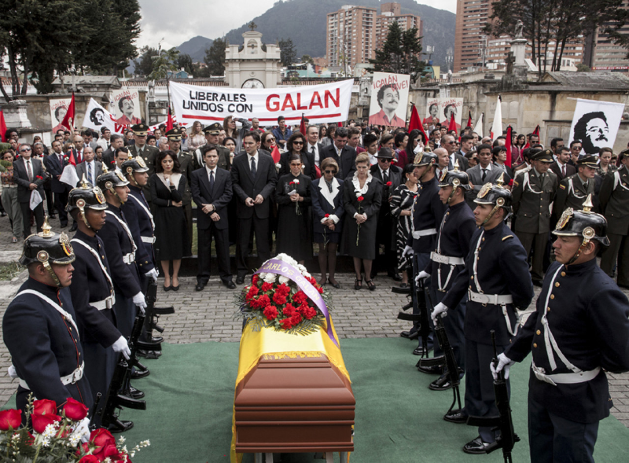 The funeral is also attended by César Gaviria, the next President of Colombia (Netflix).