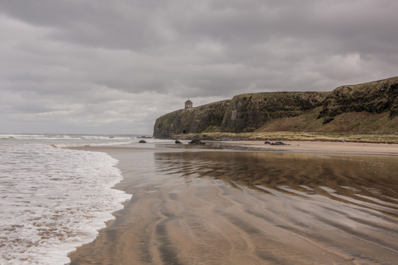 The filming took place on the beach itself. The cliff with the Mussenden Temple on top was digitally altered into Dragonstone castle.
