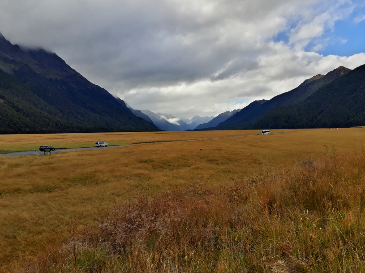 Stopping at Eglinton Valley lookout gives you a pretty good idea of this vast landscape.