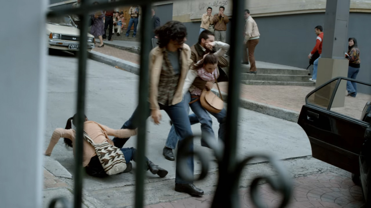 Marta Ochoa being kidnapped by M-19 (Netflix).