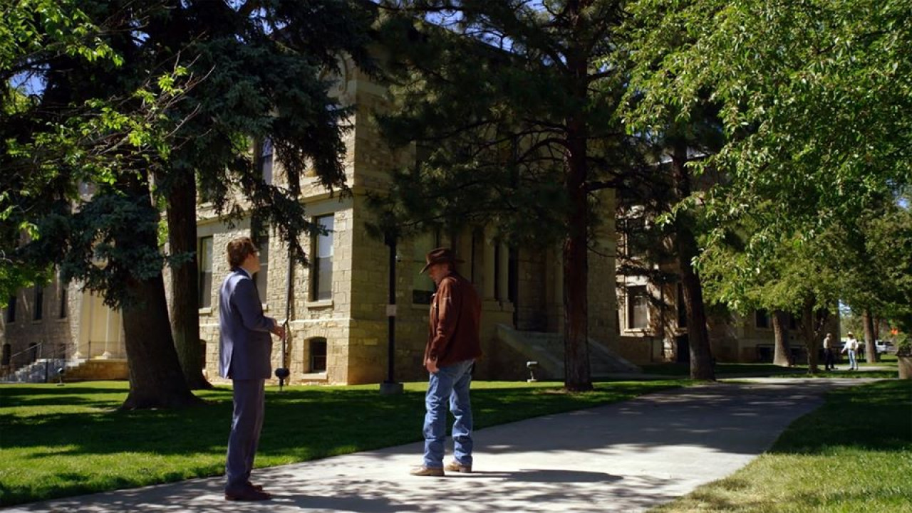 Season 5, Episode 9: Continual Soiree. Walt and his attorney Dave in front of the courthouse.