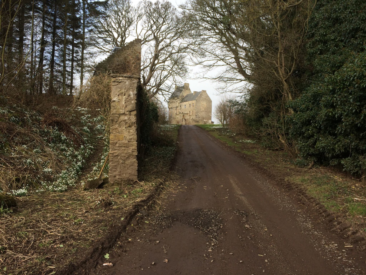 Midhope Castle was used as the location ofLallybroch, home to Jamie.