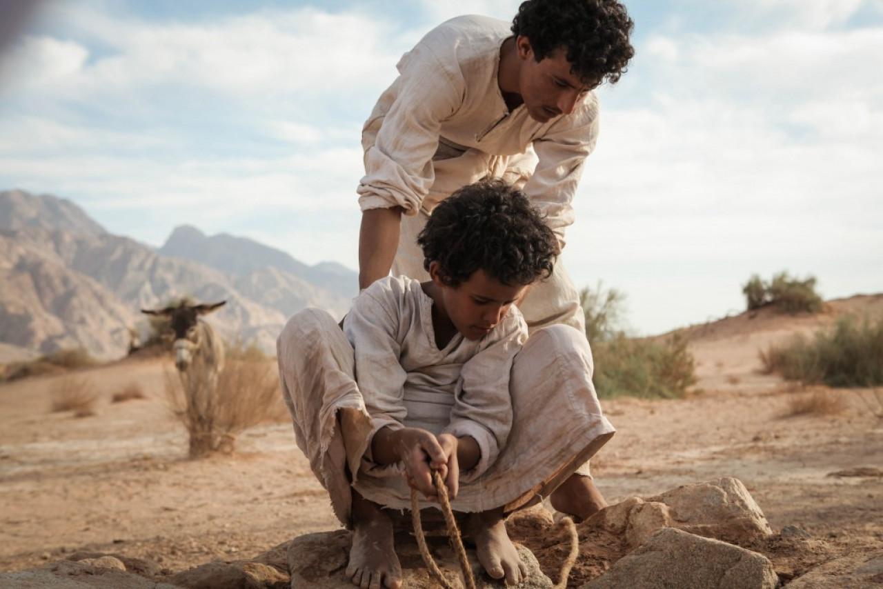 Theeb and his brother Huseein were performed by local BedouinsJacir Eid Al-Hwietat and Huseen Salameh.