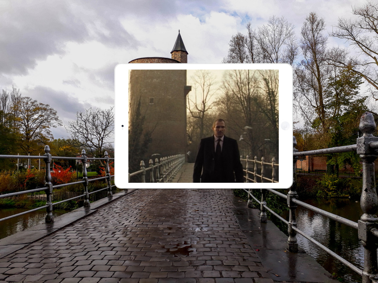 However, Ken fails and Harry has to do it himself. When he arrives in Bruges, he enters the city via the Minnewater bridge.