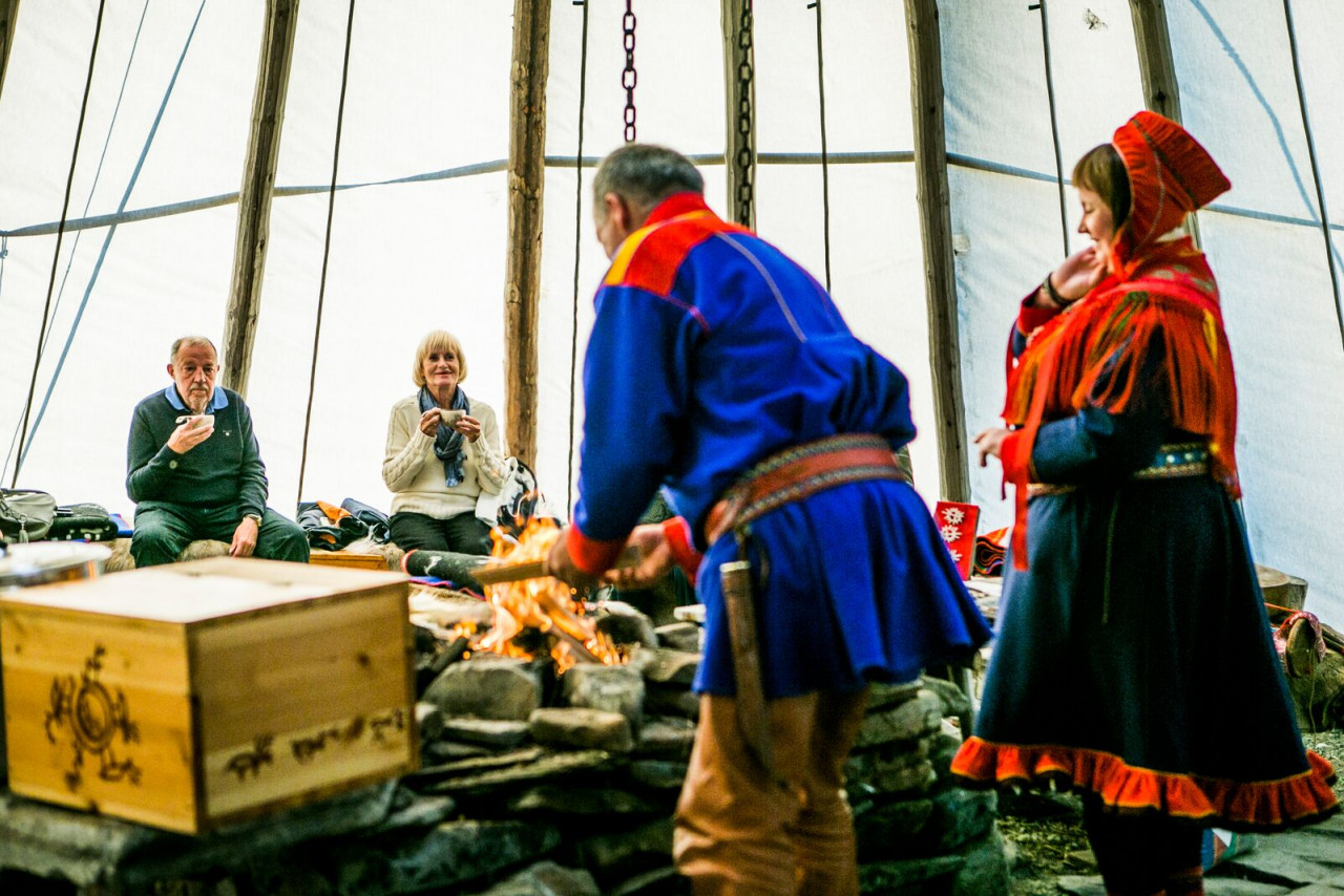 Cooking together in a lavvus tent is a great opportunity for visitors to learn more about the traditional ways of theSámi.