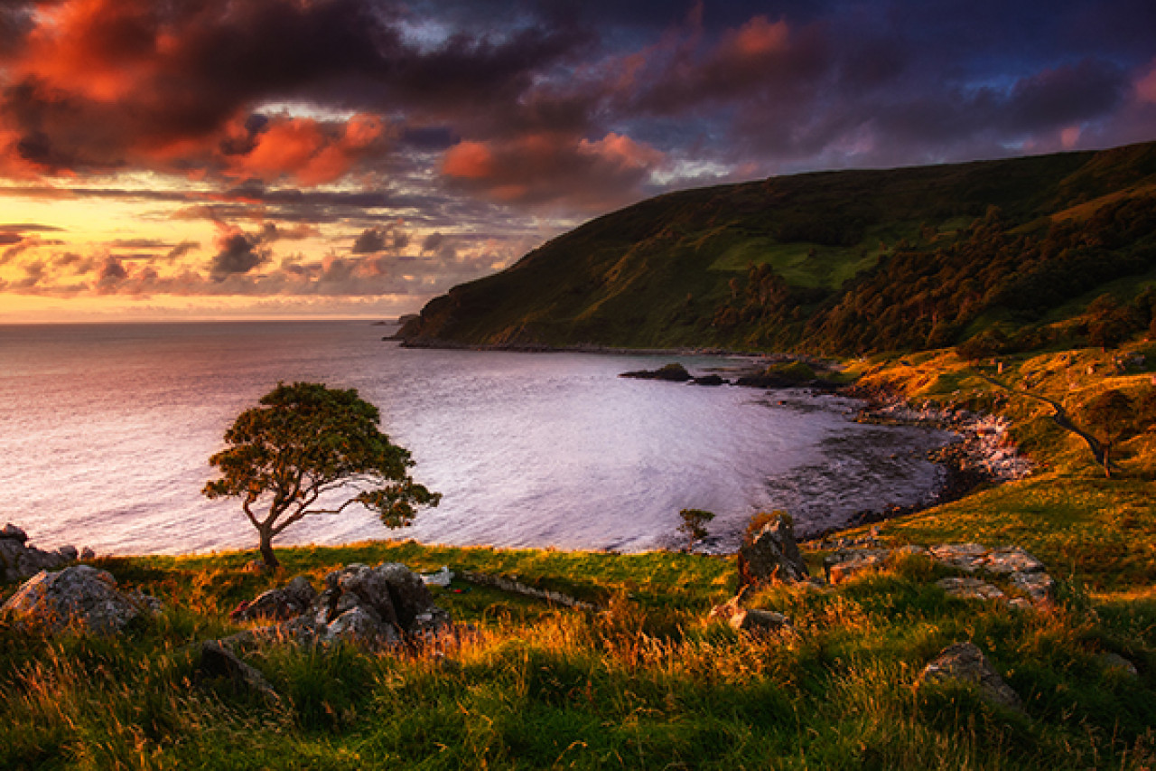 Murlough Bay: Tyrion Lannister and Ser Jorah Mormont are taken by Essos slavers.